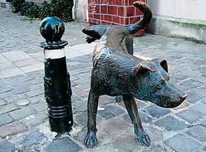 Zinneke Pis escultura de perro marcando territorio en Bruselas