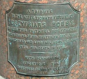 Placa ubicada en el monumento a Bobby de Grayfriar, en Edimbugo